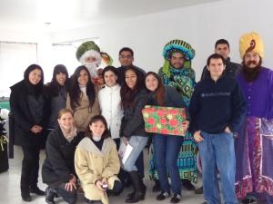Parte del equipo de voluntarios que ayudaron a los Reyes Magos a entregar los juguetes