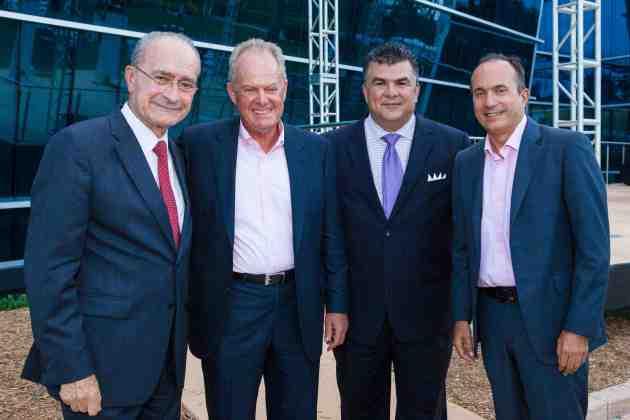 De izquierda a derecha, durante la ceremonia de entrega de los reconocimientos HITEC 50 2014, el pasado 2 de Mayo en Miami: Francisco De La Torre Prados, Alcalde de Malaga, España; Manny Medina, Presidente y CEO de Medina Capital; Andre Arbelaez, Presidente de HITEC y Jordi Botifoll, Presidente Cisco América Latina.